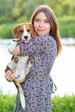 Porträt des jungen Mädchens mit einem Hund im Park stockfotografie