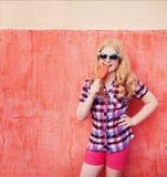 Porträt des jungen Mädchens mit Eiscreme Lizenzfreie Stockbilder