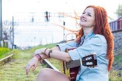 Porträt des jungen Mädchens mit Gitarre Lizenzfreies Stockfoto