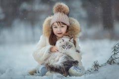 Porträt des jungen Mädchens mit Katze lizenzfreie stockbilder