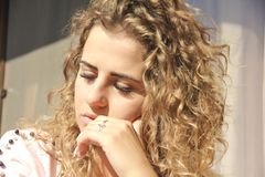 Porträt des jungen Mädchens niedergedrückt Lizenzfreie Stockfotografie