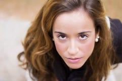 Porträt des jungen Mädchens schauend mit ernstem Ausdruck lizenzfreie stockfotografie