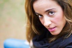 Porträt des jungen Mädchens schauend mit ernsten expres lizenzfreies stockfoto