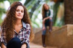 Porträt des jungen Mädchens schauend mit lächelndem Ausdruck stockbilder