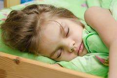 Porträt des jungen Mädchens schlafend im Bett Lizenzfreies Stockbild