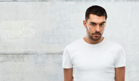 Porträt des jungen Mannes über grauem Wandhintergrund Lizenzfreies Stockbild