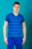 Porträt des jungen Mannes auf Blau stockfotos