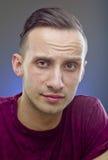 Porträt des jungen Mannes auf grauem Hintergrund lizenzfreies stockfoto