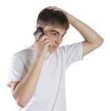 Porträt des jungen Mannes, das an einem Telefon spricht lizenzfreies stockfoto