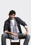 Porträt des jungen Mannes des asiatischen Auftrittes mit einem Schal Lizenzfreie Stockbilder