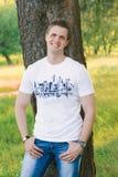 Porträt des jungen Mannes draußen mit Kopienraum stockfoto