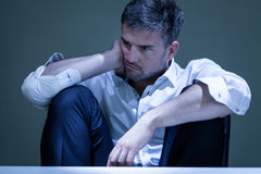 Porträt des jungen Mannes fühlend unglücklich Stockfotos