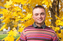 Porträt des jungen Mannes im Herbstpark Lizenzfreie Stockfotos