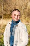 Porträt des jungen Mannes im Herbstpark Lizenzfreies Stockfoto