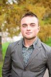 Porträt des jungen Mannes im Herbstpark Stockbilder