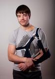 Porträt des jungen Mannes mit dem Handbruch Stockfoto