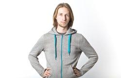 Porträt des jungen Mannes mit dem langen blonden Haar Stockbilder