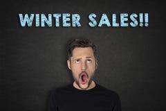 Porträt des jungen Mannes mit einem wow Ausdruck und 'Winterschlussverkäufen!!! 'Text stockfoto