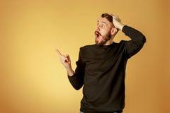 Porträt des jungen Mannes mit entsetztem Gesichtsausdruck Lizenzfreie Stockfotos