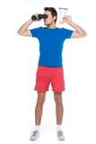 Porträt des jungen Mannes mit Ferngläsern über weißem Hintergrund Lizenzfreies Stockfoto