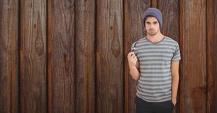 Porträt des jungen Mannes Tabakpfeife gegen hölzerne Wand halten Lizenzfreie Stockfotos