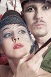 Porträt des jungen Mannes und der Frau kleidete im Retrostil an Stockfotos