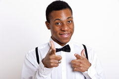 Porträt des jungen Mannes zeigend über weißen Hintergrund Stockfotos