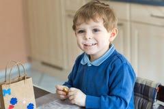 Porträt des Jungen mit blauen Augen und in der blauen Kleidung Lizenzfreie Stockbilder
