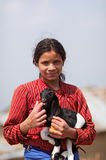 Porträt des jungen nicht identifizierten nepalesischen Mädchens mit einer Kinderziege Stockfotos