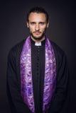 Porträt des jungen Priesters lizenzfreies stockbild