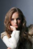 Porträt des jungen reizend Mädchens, das im Studio aufwirft Lizenzfreie Stockfotos