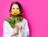 Porträt des jungen rothaarigen Mädchens mit Sonnenblume stockbild