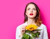 Porträt des jungen rothaarigen Mädchens mit Sonnenblumen stockbild