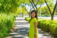 Porträt des jungen schönen asiatischen Mädchens, das auf der Straße betrachtet Kamera steht Stockfotos