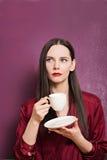 Porträt des jungen schönen Brunette mit Kaffee Stockfotos