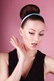 Porträt des jungen schönen frischen dünnen Mädchens mit sauberem Make-up und Haarbrötchen Lizenzfreies Stockbild