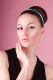 Porträt des jungen schönen frischen dünnen Mädchens mit sauberem Make-up und Haarbrötchen Stockfotografie
