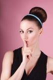 Porträt des jungen schönen frischen dünnen Mädchens mit sauberem Make-up und Haarbrötchen Stockbilder