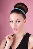 Porträt des jungen schönen frischen dünnen Mädchens mit sauberem Make-up und Haarbrötchen Lizenzfreie Stockfotos