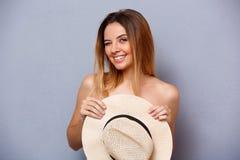 Porträt des jungen schönen Mädchens über grauem Hintergrund Lizenzfreie Stockfotografie