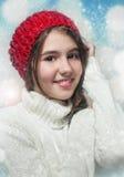 Porträt des jungen schönen Mädchens in der Winterart Stockfotografie