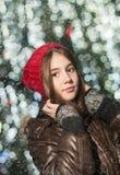 Porträt des jungen schönen Mädchens in der Winterart Lizenzfreie Stockfotos