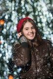Porträt des jungen schönen Mädchens in der Winterart Lizenzfreie Stockfotografie