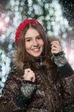 Porträt des jungen schönen Mädchens in der Winterart Lizenzfreies Stockfoto