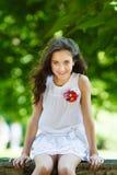 Porträt des jungen schönen Mädchens in einem Park Lizenzfreie Stockfotos