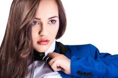 Porträt des jungen schönen Mädchens im blauen Mantel und in der Fliege lizenzfreies stockbild