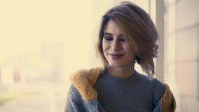 Porträt des jungen schönen Mädchens, im Hintergrund von Fenstern, lächelnd stock footage