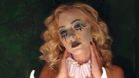 Porträt des jungen schönen Mädchens mit dem Make-upskelett auf ihrem Gesicht Halloween stock video footage