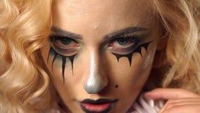 Porträt des jungen schönen Mädchens mit dem Make-upskelett auf ihrem Gesicht Halloween stock footage