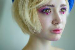 Porträt des jungen schönen Mädchens mit rosa Make-up lizenzfreies stockfoto